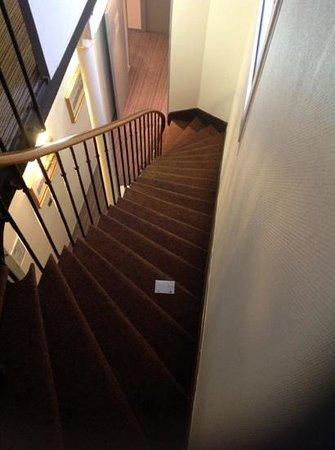 Hotel Des Beaux Arts: escadas ingremes e estreitas