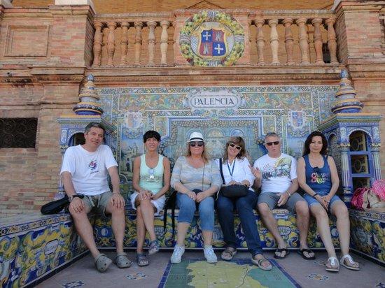 Descubrir Sevilla : foto di gruppo con beatriz a siviglia piazza dispagna