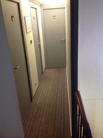 Hotel Des Beaux Arts: corredor