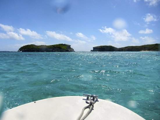 Lagoon Tours Bahamas  - Tours : Approaching High Cay. Through the gap is the Atlantic (we're still in the Bahamian Sea).