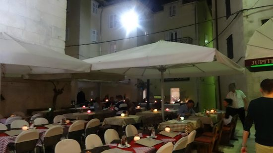 Heritage Hotel Diocletian: Evening next to Jupiter Temple