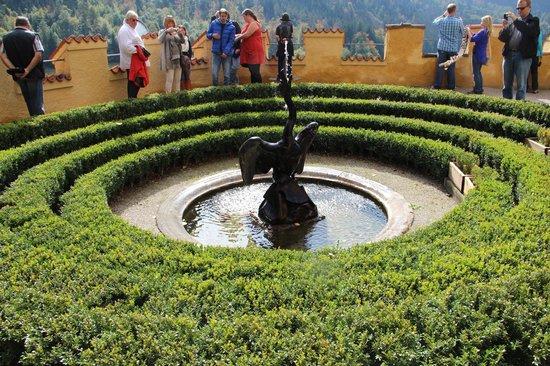 Schloss Hohenschwangau: Внутренний двор замка Хоэншвангау украшает фонтан, увенчанный фигурой черного лебедя