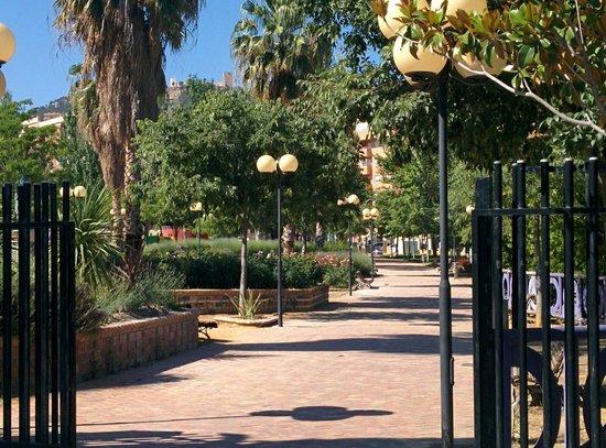 Parque del Bulevar: Una de las entradas, con el castillo al fondo
