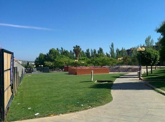 Parque del Bulevar: Una de las entradas, junto al pequeño laberinto. Zona norte del parque.