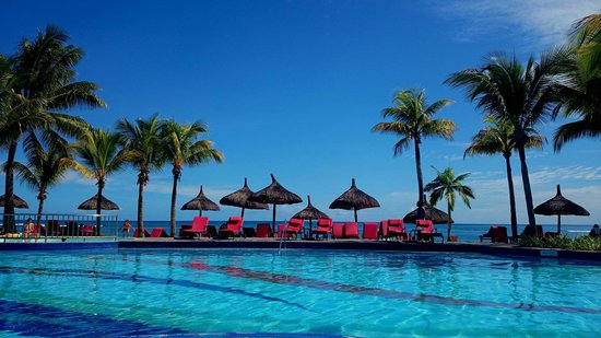 Le Meridien Ile Maurice: The view while sunbathing by the pool