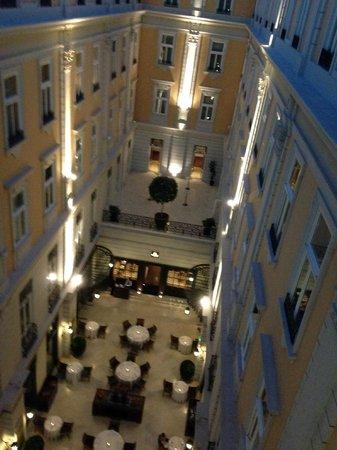 Corinthia Hotel Budapest: Atrium at Night