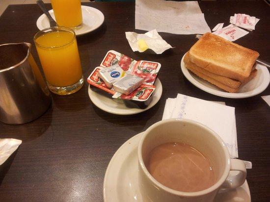 Victory Hotel : mesa do café da manhã