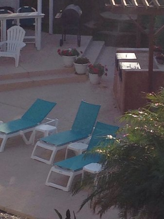 Sea Breeze Suites: Outdoor grill in pool area