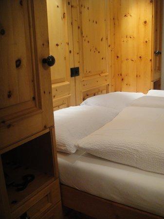 Hotel Cervus: 木のぬくもりがたっぷりの寝室