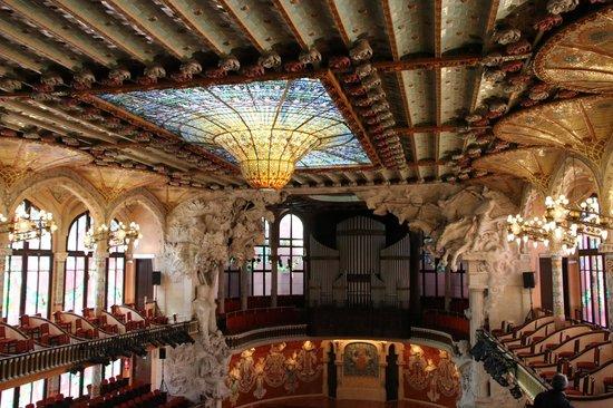 Palau de la Musica Orfeo Catala: 天井のステンドグラス