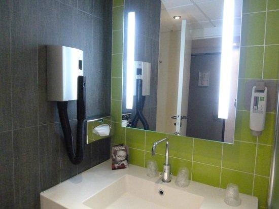 Ibis Styles Paris Porte d'Orléans: The bathroom