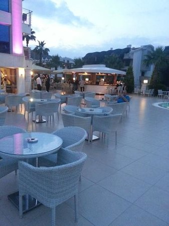 Ideal Pearl Hotel: bar and Pool area