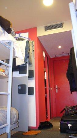 Urbany Barcelona Hostel : Ecco la camera! La foto è stata fatta dalla parte della finestra. La porta a sx è del bagno!