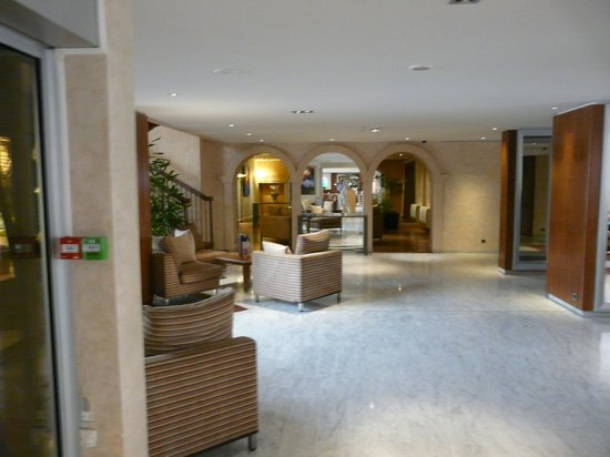 Mercure Cannes Croisette Beach: Лобби
