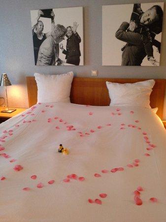 Inntel Hotels Amsterdam Centre: bed versierd met bloemblaadjes voor ons huwelijksjubileum