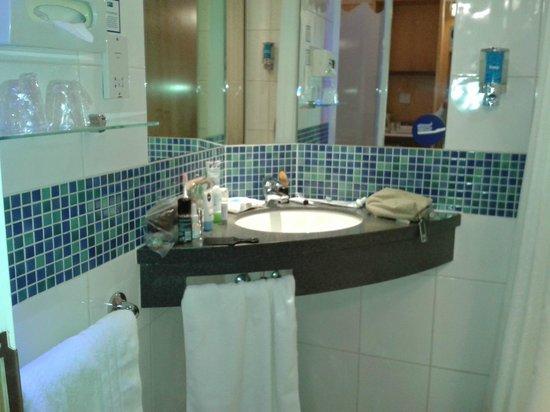 Holiday Inn Express Hemel Hempstead: Very well designed bathroom