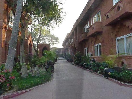 The Floral Breeze Hotel Bagan: 中庭と客室 バカンの石造寺院風