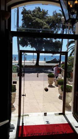 Westminster Hotel & Spa : Вид на набережную от входа в отель