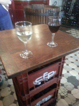 Le Baron Rouge: Fun makeshift tables