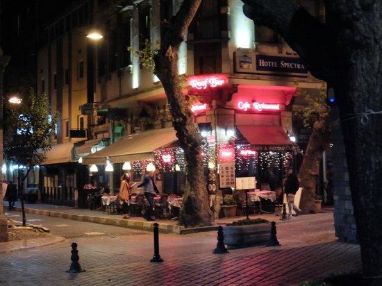 Alzer Hotel: Restaurants around the hotel