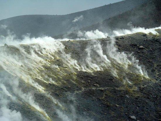 Scalata al Cratere : Schwefeldämpfe am Nordrand der Fossa