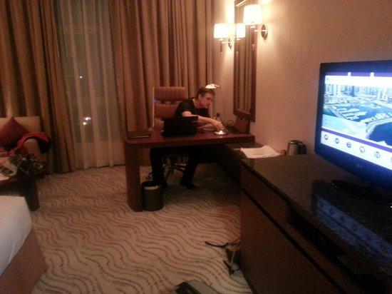 Park Regis Kris Kin Hotel : TV de la chambre