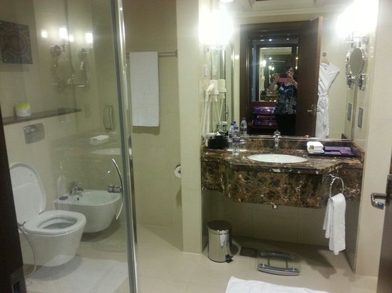 Park Regis Kris Kin Hotel : Salle de bain coin douche