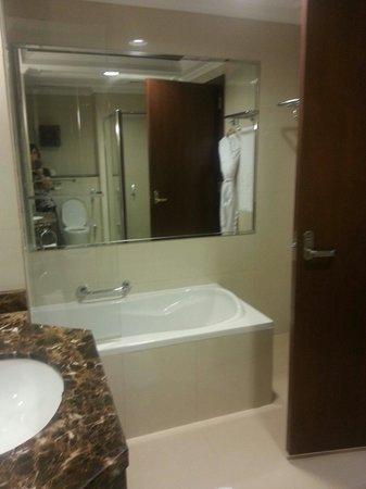Park Regis Kris Kin Hotel: Salle de bain coin baignoire