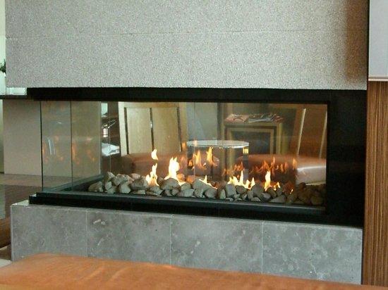 Conrad Tokyo: 落ち着く暖炉