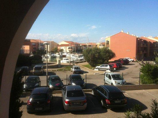 Hotel Helios : La piscine est à droite du parking...