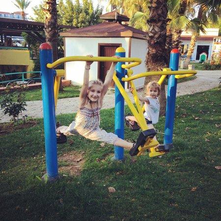 Belconti Resort Hotel: Тренажеры на территории