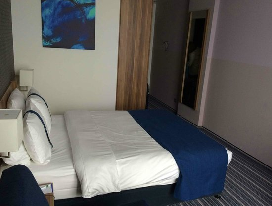 Holiday Inn Express Heidelberg - City Centre: GOOD SIZED ROOM WITH STORAGE AND SAFE
