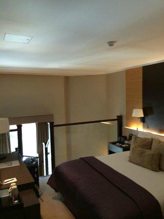 Crowne Plaza London Kensington : upstairs bedroom