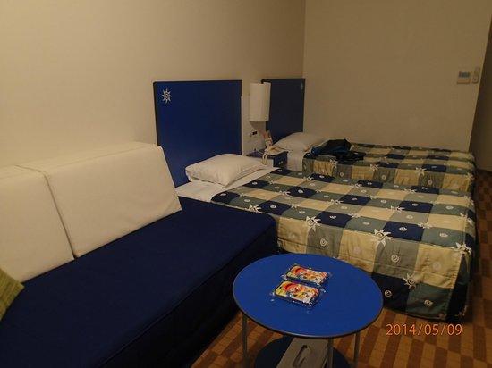 Hotel Kintetsu Universal City: 部屋はこの通り狭いです。