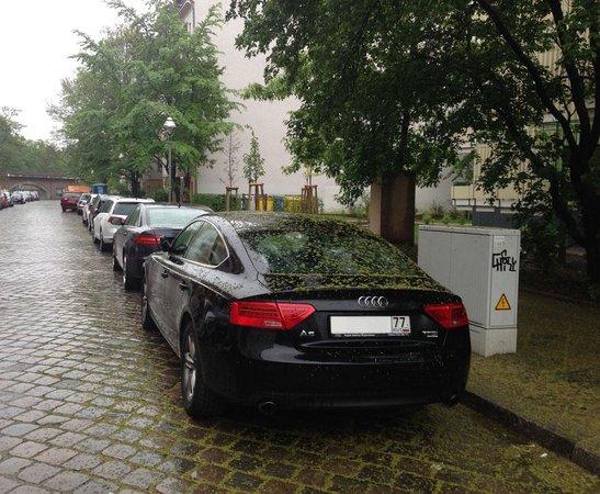 Hotel Hansablick Garni: Парковка возле отеля, советую не парковаться под деревьями в мае, может полностью засыпать цветк