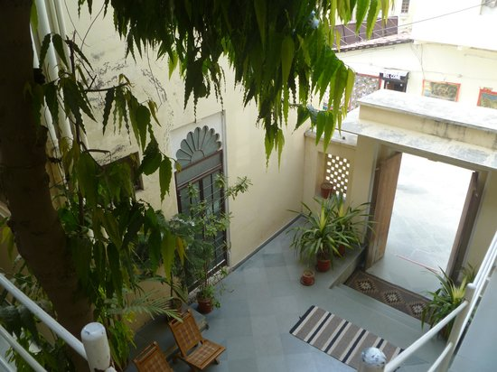 Hotel Aashiya Haveli : View of the lobby from the first floor