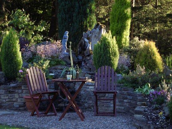 The School House Bed and Breakfast: Garden rockery