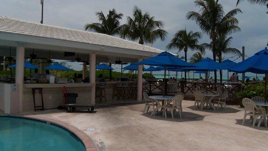 Bahama Beach Club : bar dining area right at the beach