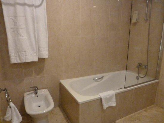 Habitaci n picture of hotel guadalmedina malaga for Banos chicos con banera