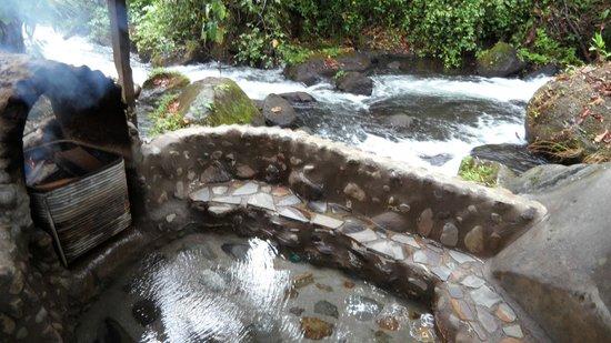 La Carolina Lodge: Hot tub near the creek