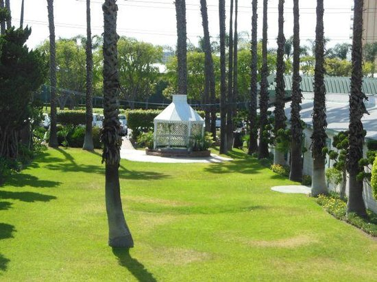Anaheim Plaza Hotel and Suites: Gazebo (I think they do weddings there)