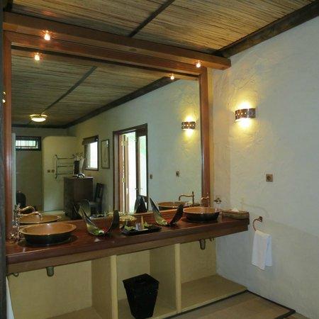 Lakaz Chamarel Exclusive Lodge: la salle de bain avec douche exterieure