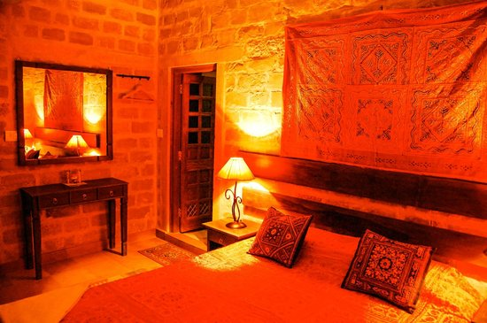 Hotel Fifu : Interior of tradition sand stone room
