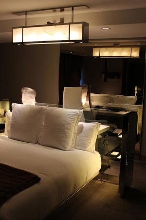 SLS Hotel, A Luxury Collection Hotel, Beverly Hills: SLS Bev Hills- Corner Room