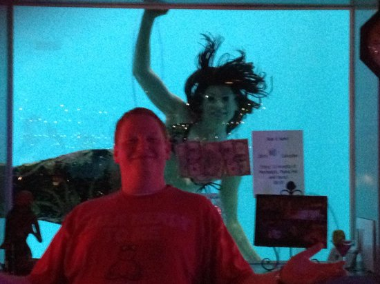 Sip 'n Dip Lounge: Get your pic with a mermaid