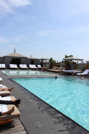 SLS Hotel, A Luxury Collection Hotel, Beverly Hills: SLS Bev Hills- rooftop pool