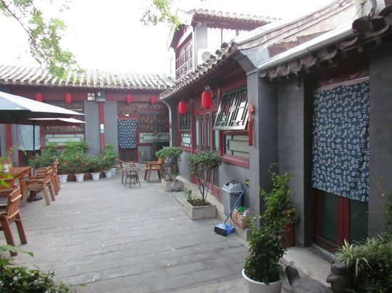 Red Lantern House: new west yard - lunch and breakfast and dinner yard place