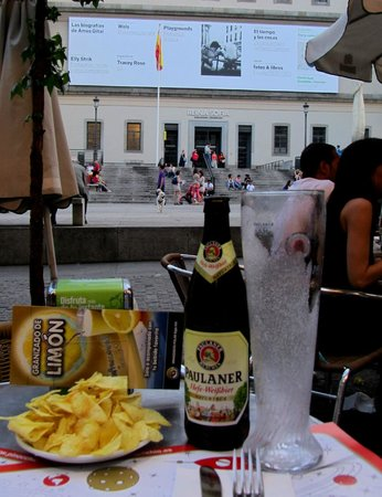 Trattoria Pinocchio: Iced beer glass on the terrace