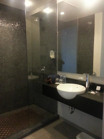 Loft Legian Hotel: The shower