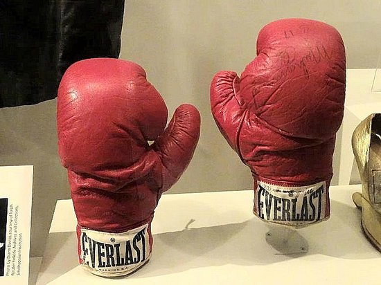 Smithsonian Institution Building : ali's boxing gloves